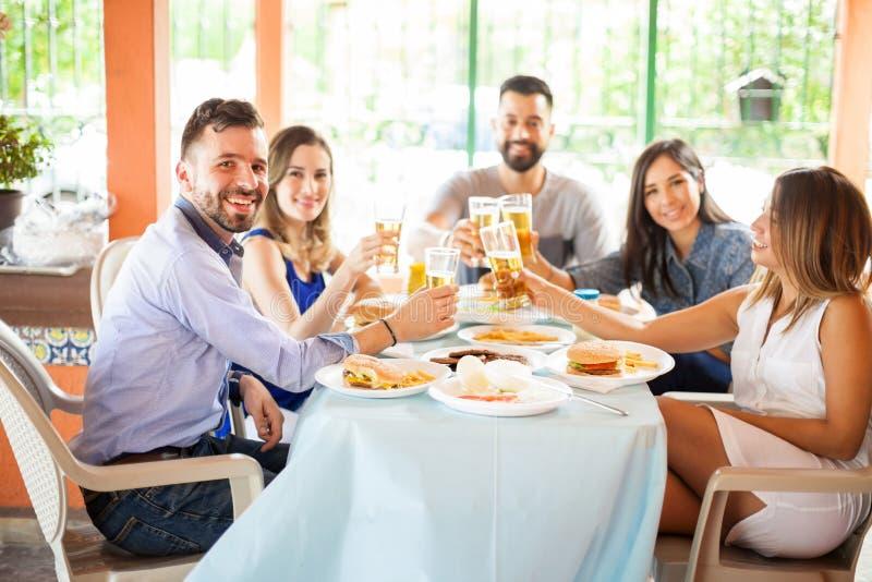 Amigos en una barbacoa que beben un poco de cerveza imágenes de archivo libres de regalías