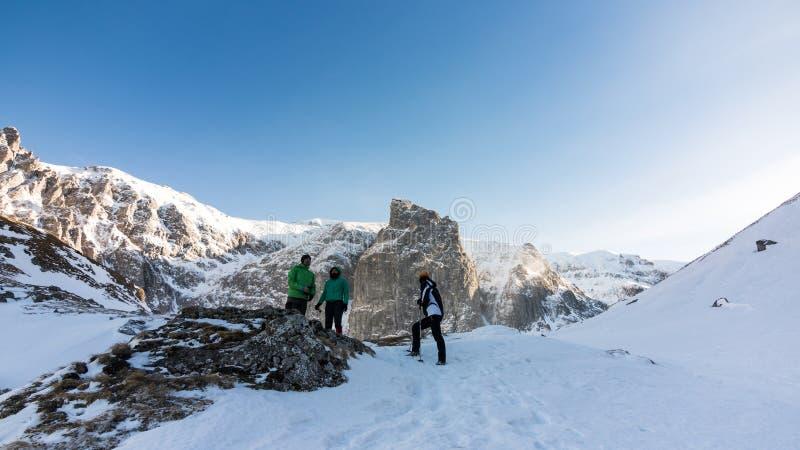 Amigos en una montaña congelada fotografía de archivo