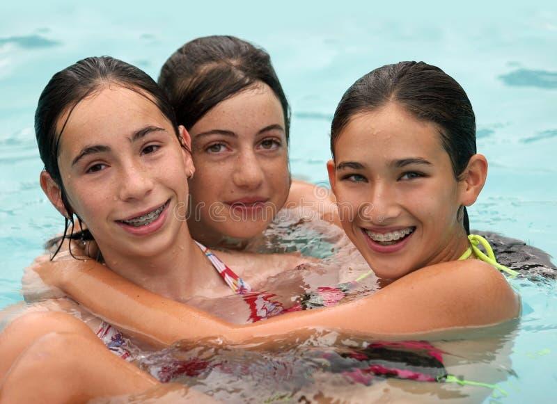 Amigos en una piscina imagen de archivo libre de regalías