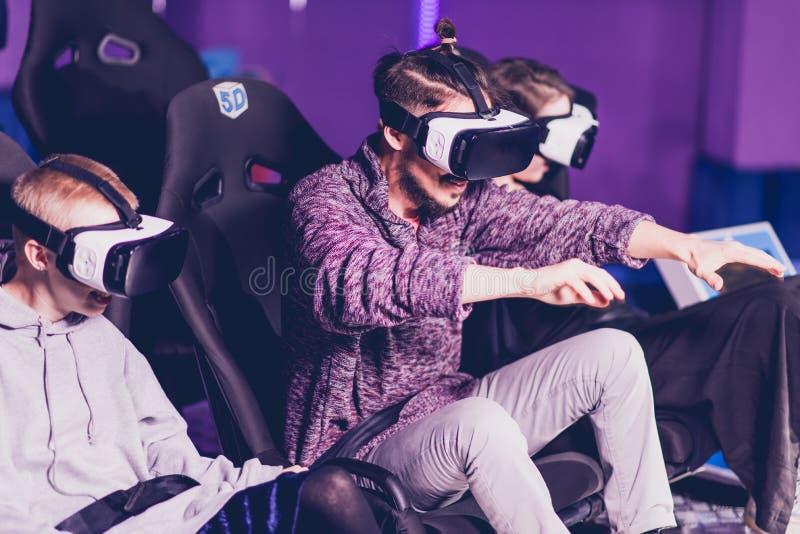Amigos en vidrios virtuales que miran películas en el cine con efectos especiales en 5d foto de archivo