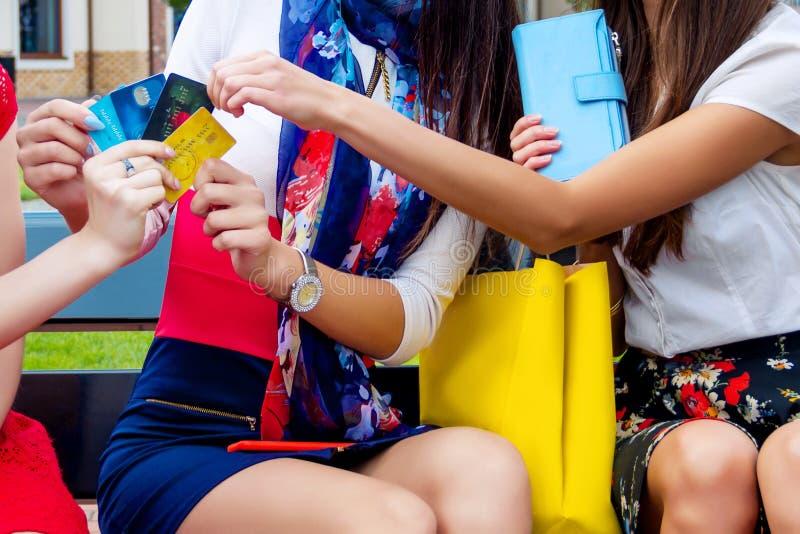 Amigos fêmeas das mulheres da forma no shopping fotos de stock royalty free