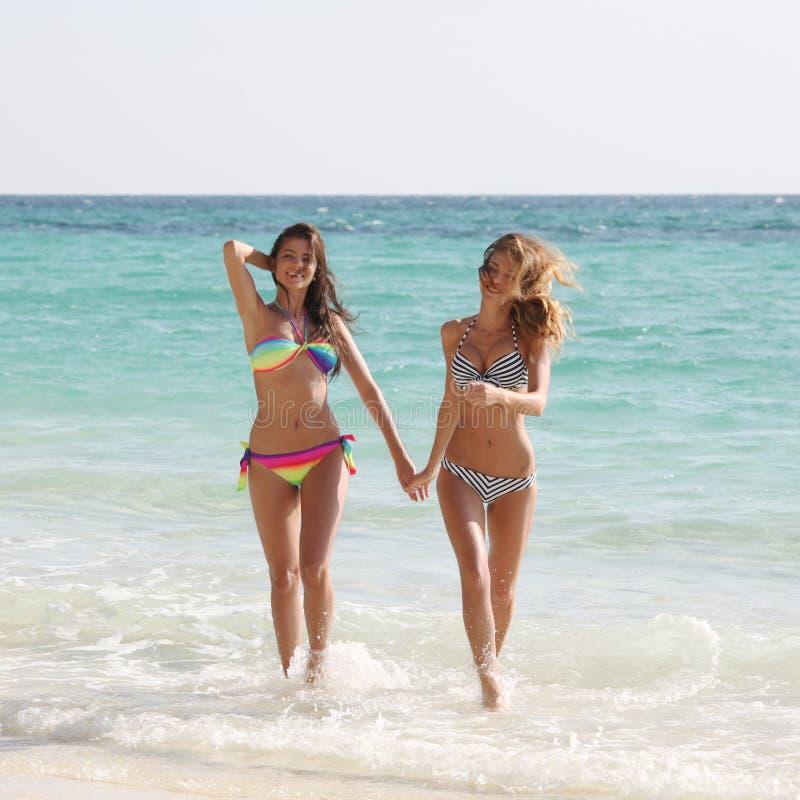 Amigos fêmeas em férias foto de stock royalty free