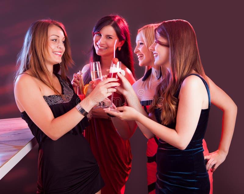 Amigos fêmeas felizes que comemoram fotos de stock royalty free
