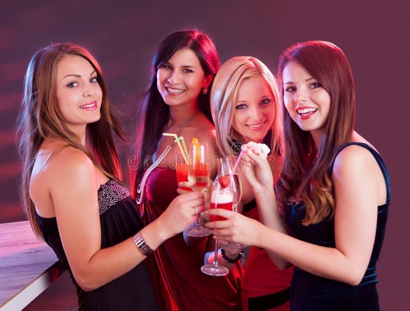 Amigos fêmeas felizes que comemoram foto de stock