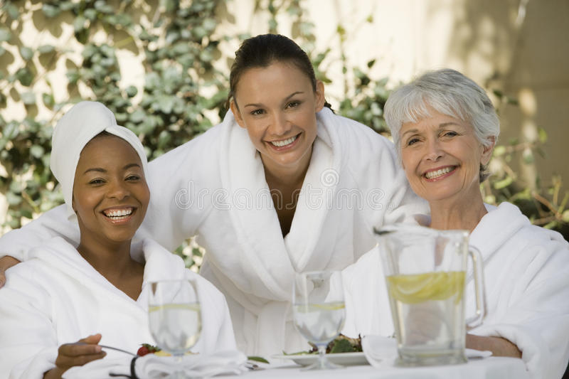Amigos fêmeas na mesa de jantar imagem de stock royalty free