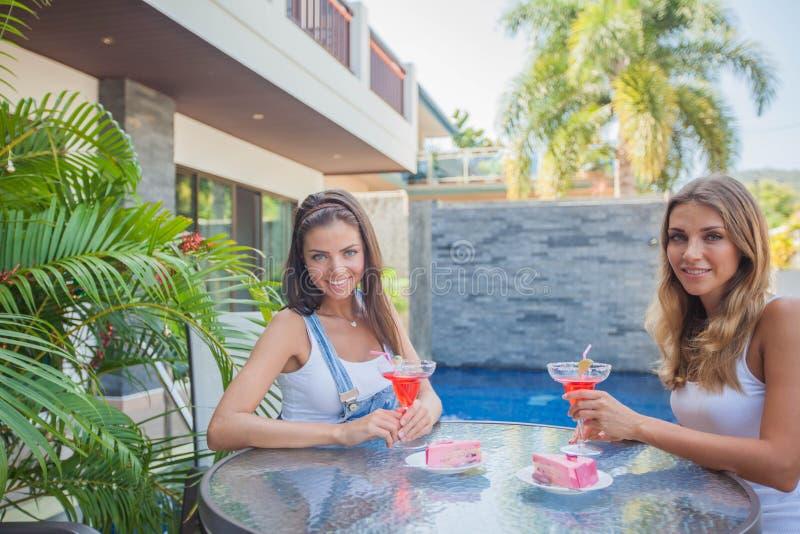 Amigos fêmeas no café exterior fotografia de stock royalty free