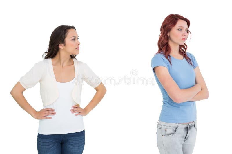 Amigos fêmeas novos infelizes que não falam após o argumento foto de stock