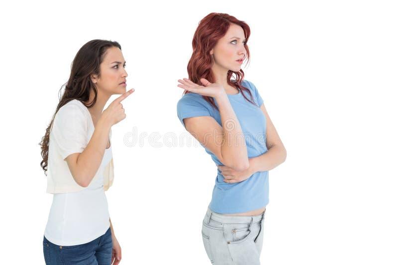 Amigos fêmeas novos irritados que têm um argumento fotos de stock