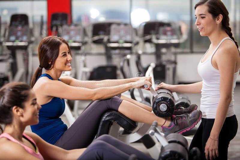 Amigos fêmeas que penduram para fora em um gym fotografia de stock