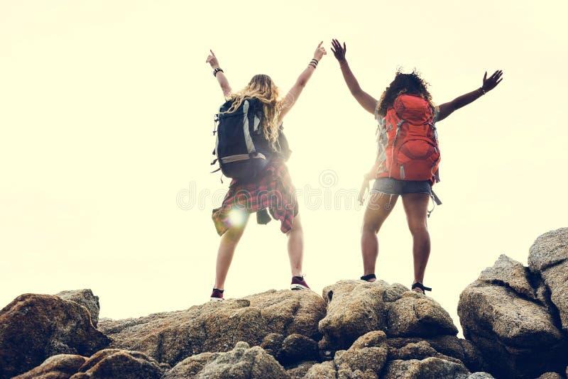Amigos fêmeas que viajam junto no excitamento imagem de stock royalty free