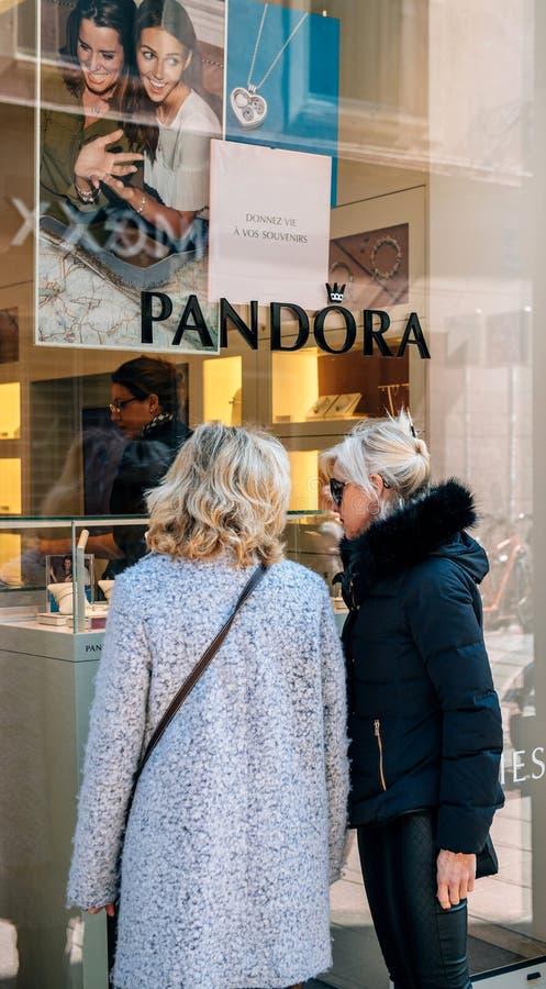 Amigos fêmeas superiores que compram a joia em Paris foto de stock