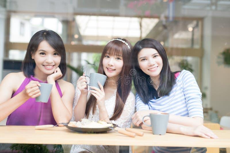 Amigos felices de la mujer en restaurante fotografía de archivo libre de regalías