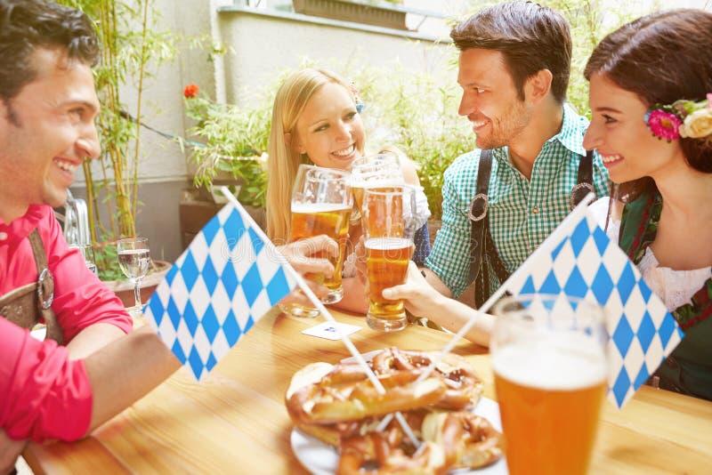 Amigos felices en cerveza bávara imagenes de archivo