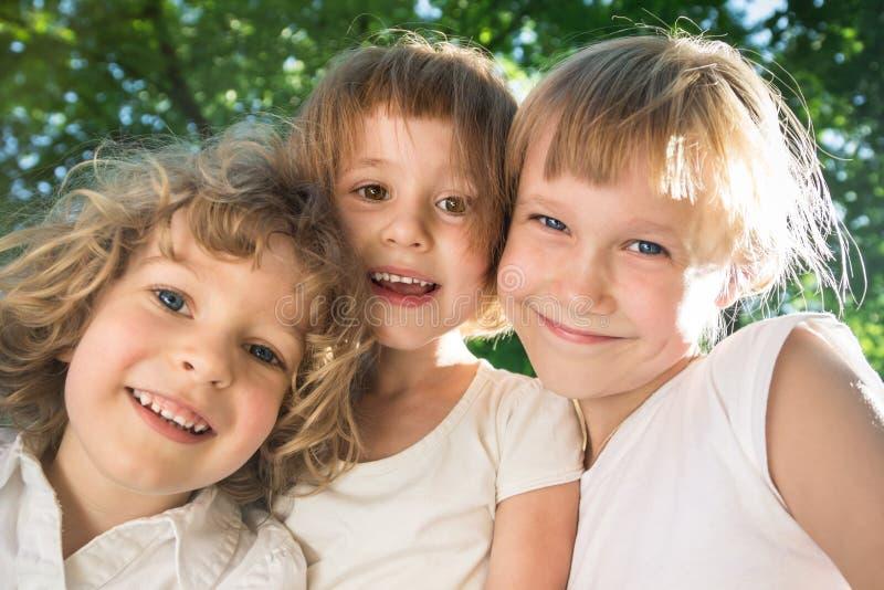 Amigos felices en parque de la primavera fotos de archivo libres de regalías