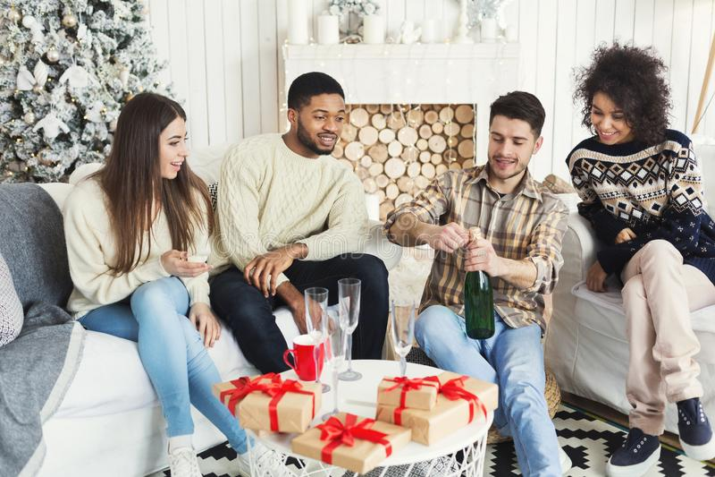 Amigos felices que celebran Año Nuevo con champán foto de archivo