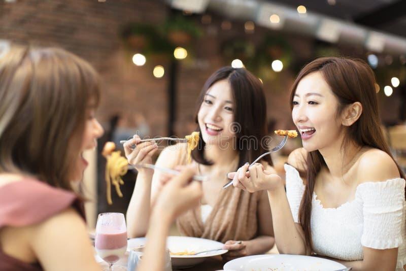 Amigos felices que cenan en el restaurante fotos de archivo libres de regalías