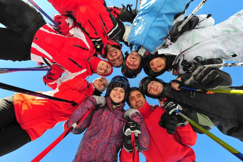 Amigos felices que practican deportes de invierno imagenes de archivo