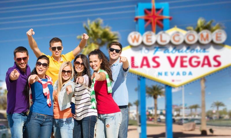 Amigos felices que señalan en usted sobre la muestra de Las Vegas foto de archivo