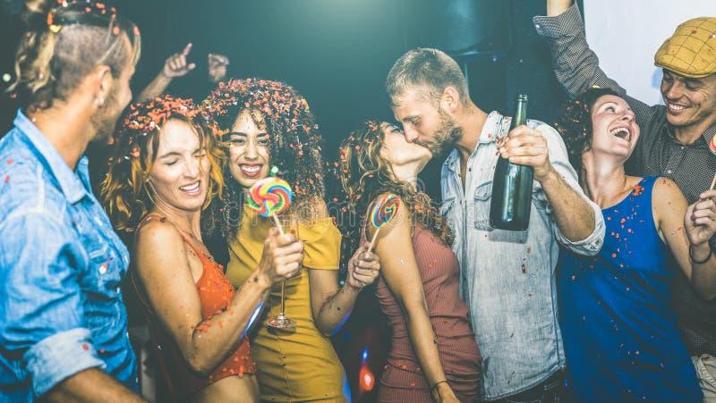 Amigos felices que se divierten multirracial en la celebración de la Noche Vieja imagen de archivo libre de regalías
