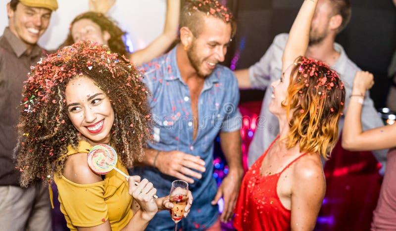 Amigos felices que se divierten y que bailan en el club nocturno del partido foto de archivo