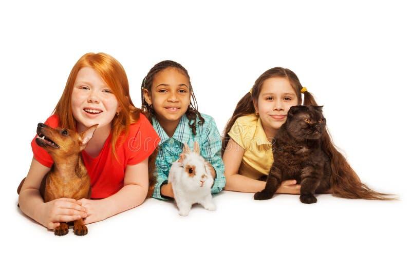 Amigos felices y sus animales domésticos imagen de archivo