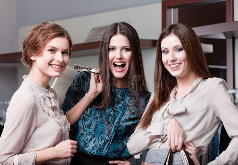 Amigos felizes após a compra imagens de stock royalty free