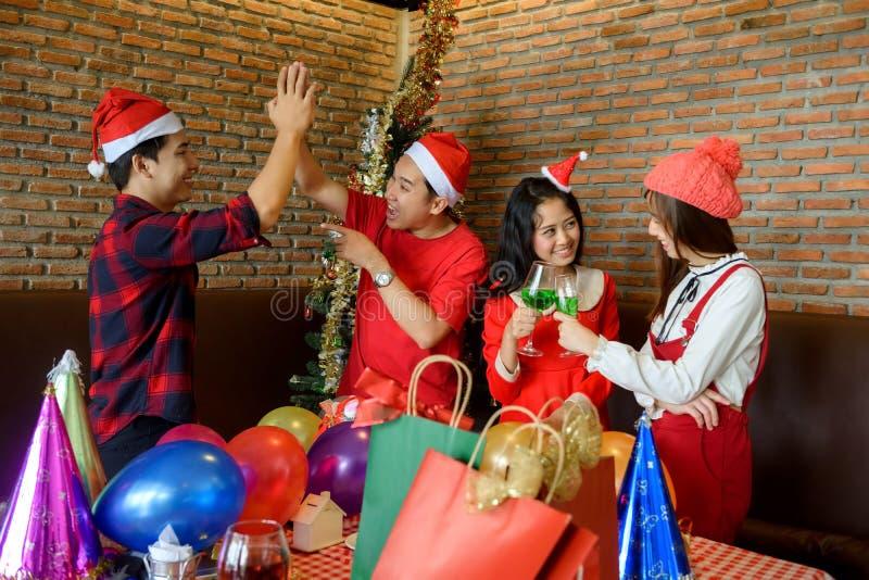 Amigos felizes asiáticos na festa de Natal fotos de stock royalty free