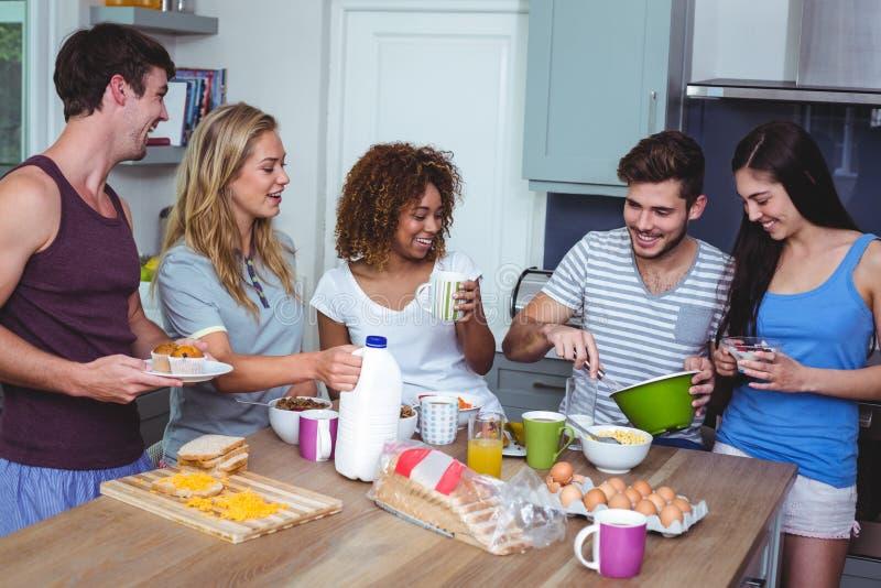 Amigos felizes com alimento imagem de stock royalty free