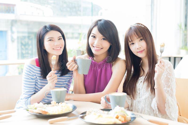 Amigos felizes da mulher no restaurante foto de stock royalty free