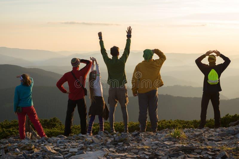 Amigos felizes durante um curso nas montanhas fotografia de stock