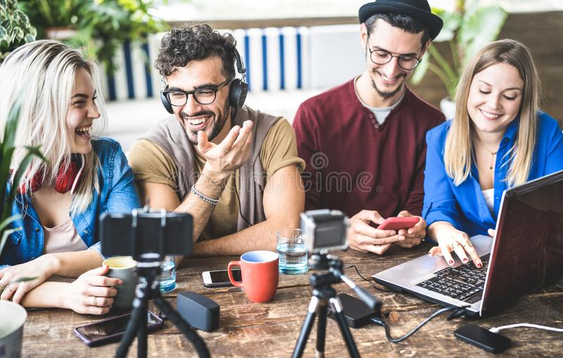 Amigos felizes novos que compartilham do índice em fluir a plataforma com a câmera de Web digital - conceito de mercado moderno c fotos de stock royalty free