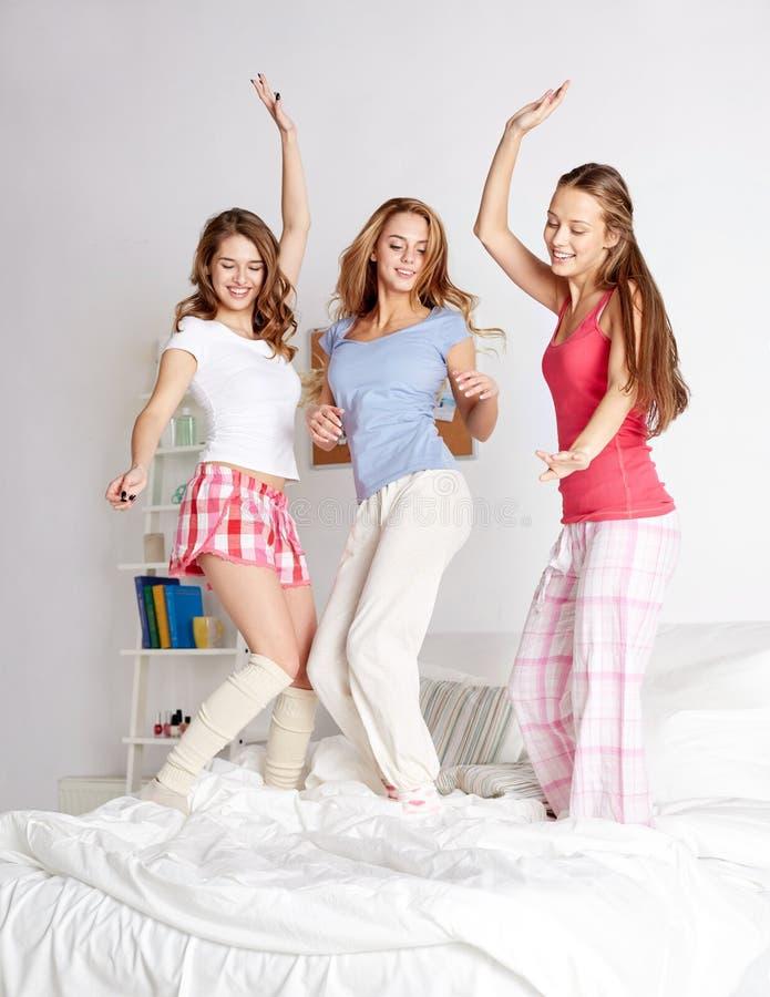 Amigos felizes ou meninas adolescentes que têm o divertimento em casa foto de stock