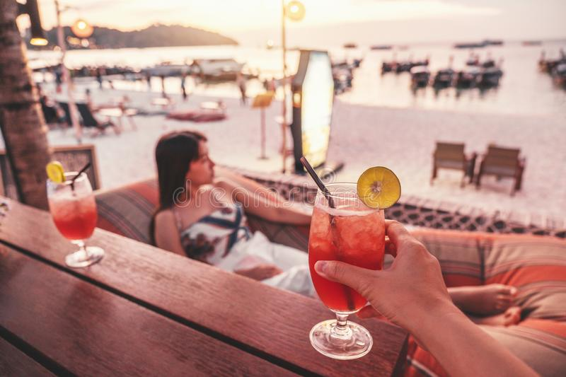 Amigos felizes que cheering com os cocktail tropicais no conceito do ver?o do partido da praia fotografia de stock