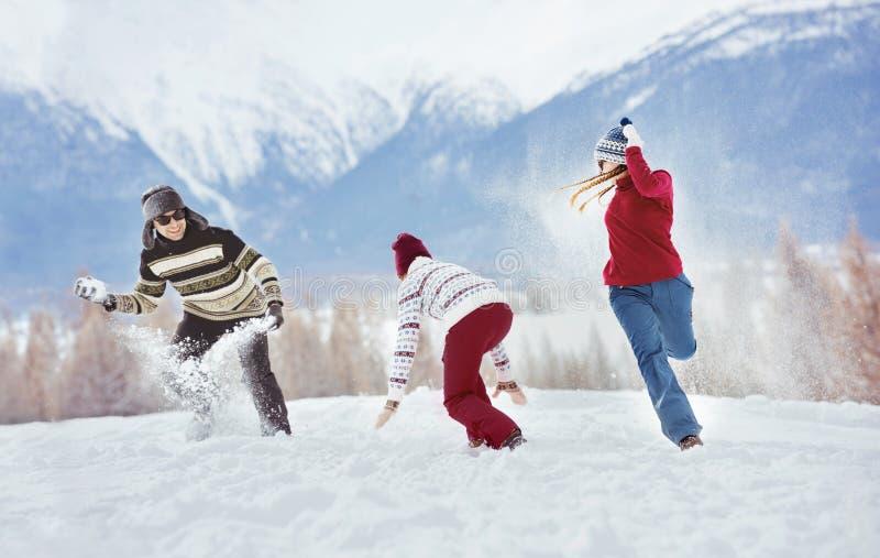 Amigos felizes que têm feriados de inverno do divertimento fotos de stock royalty free