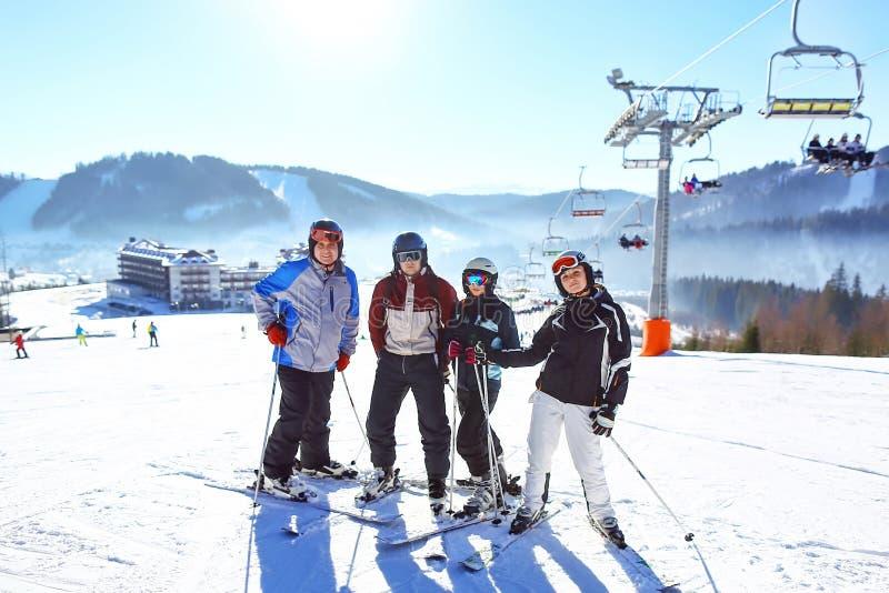 Amigos felizes que têm o divertimento em hodays do inverno amizade da equipe do grupo dos esquiadores Foco seletivo foto de stock
