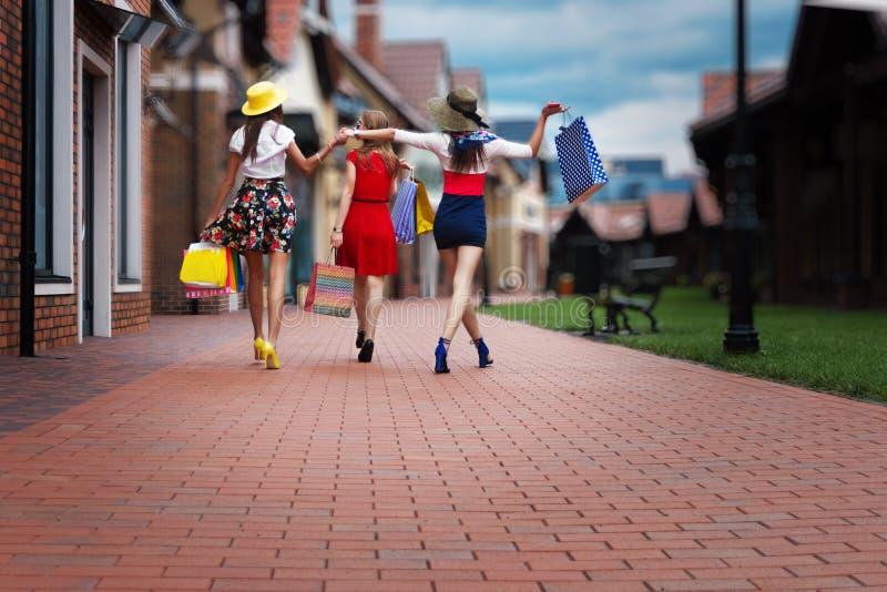 Amigos femeninos de las mujeres de la moda en alameda de compras fotografía de archivo libre de regalías