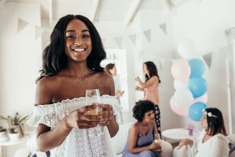 Amigos femeninos en el partido de fiesta de bienvenida al bebé imagen de archivo