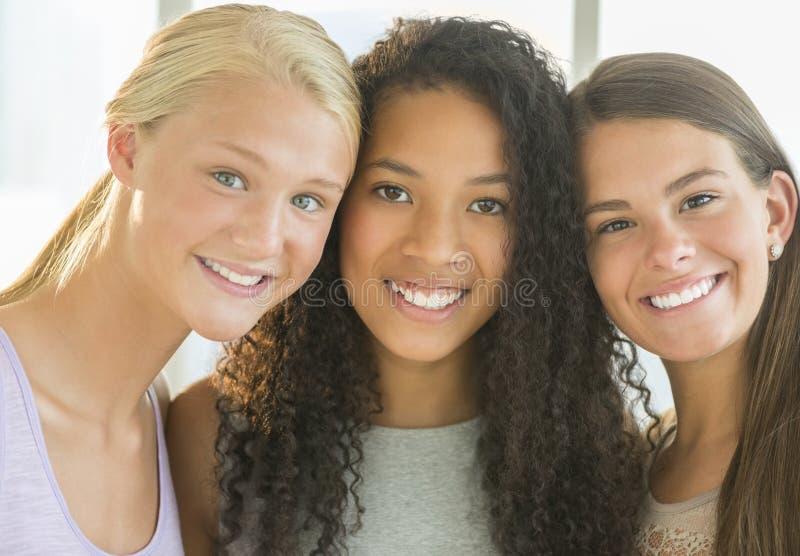 Amigos femeninos felices en casa imagenes de archivo