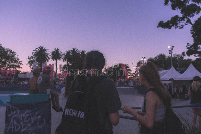 Amigos femeninos jovenes en un parque fotografía de archivo