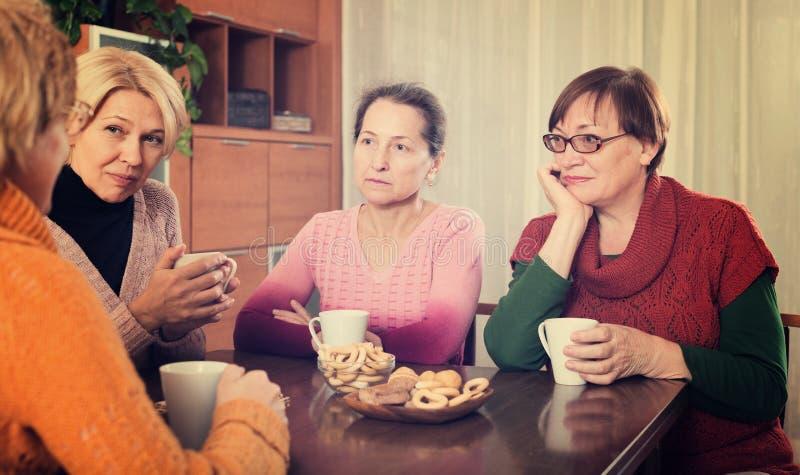Amigos femeninos mayores tristes imágenes de archivo libres de regalías