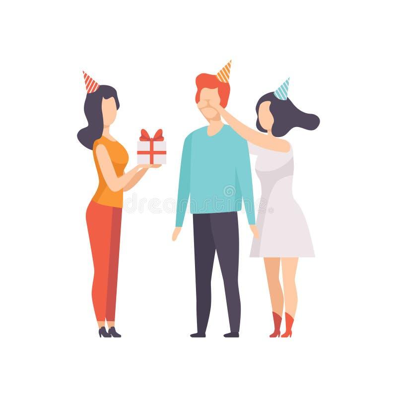 Amigos femeninos que dan la caja de regalo adornada con el arco rojo de la cinta al hombre joven en el sombrero del partido, gent stock de ilustración