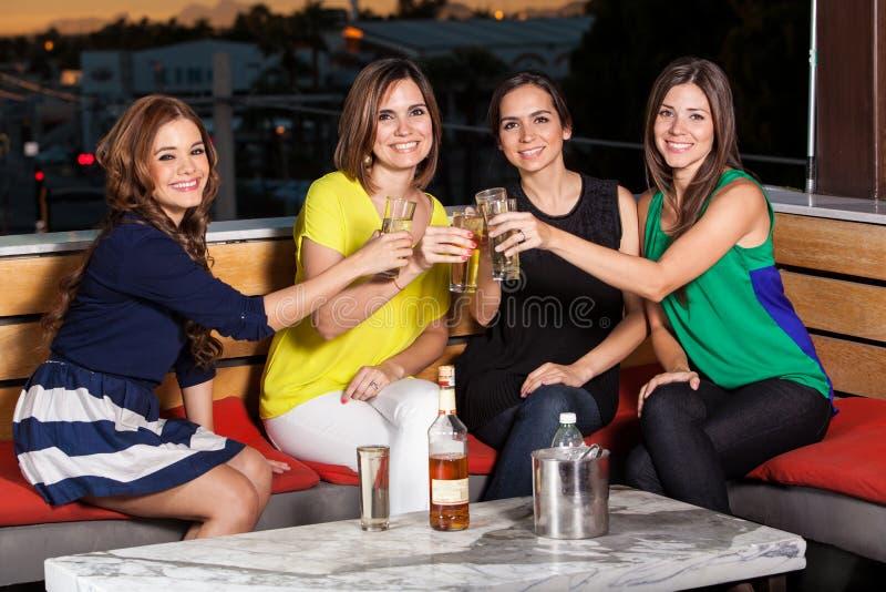 Amigos femeninos que dan una tostada imagen de archivo