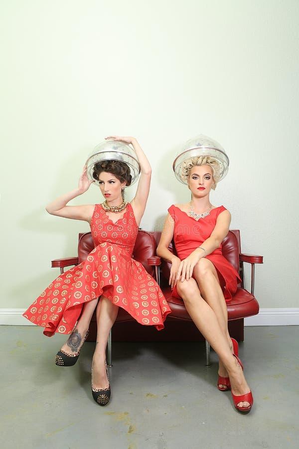 Amigos femeninos que disfrutan de un día en un salón de pelo junto fotografía de archivo libre de regalías