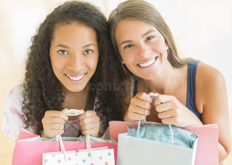 Amigos femeninos que llevan los panieres imágenes de archivo libres de regalías