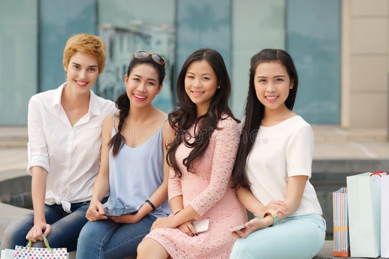 Amigos femeninos sonrientes imagen de archivo