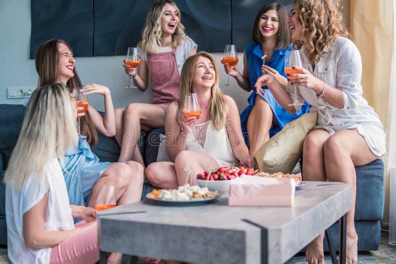 Amigos hermosos de las mujeres que se divierten en el partido de la soltera imagen de archivo