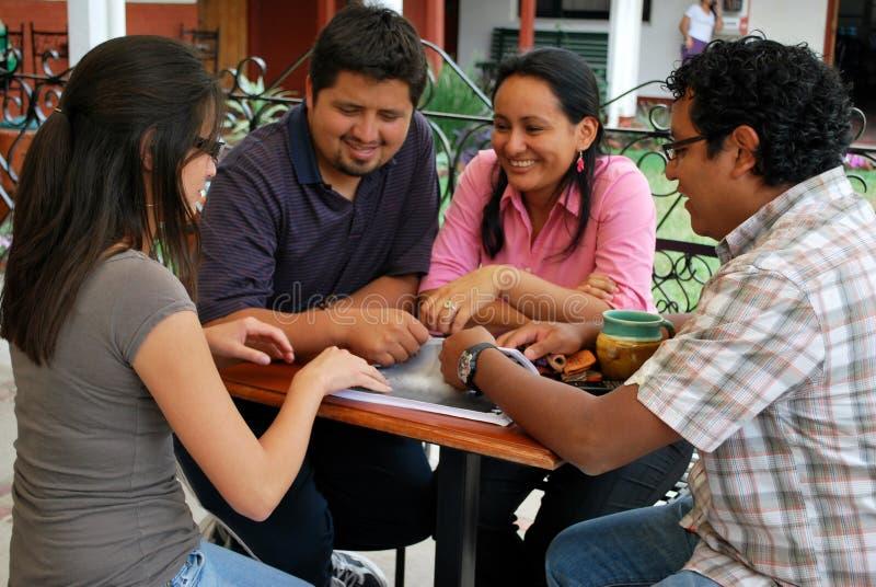 Amigos hispánicos que usan un ordenador foto de archivo libre de regalías