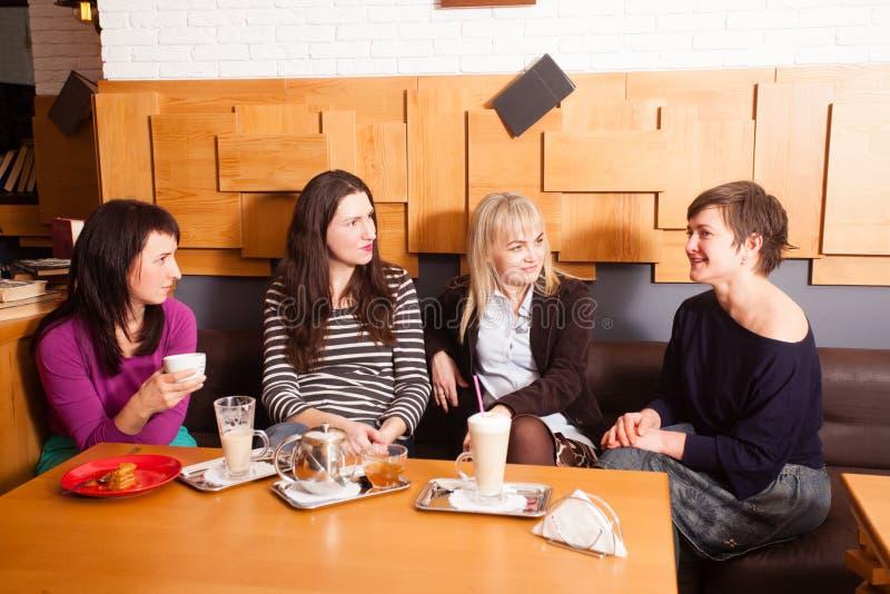 Amigos informais da reunião no café foto de stock