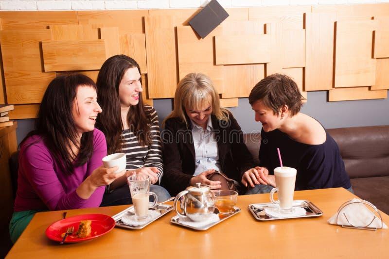 Amigos informais da reunião no café foto de stock royalty free
