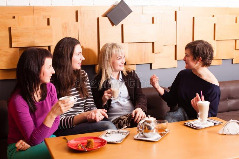 Amigos informais da reunião no café imagem de stock